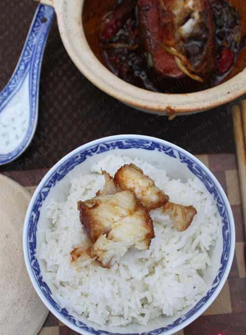 Món cá kho ăn với cơm nóng thì hết ý rồi