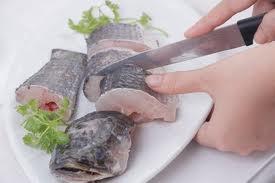 Cá lóc cắt thành từng khúc