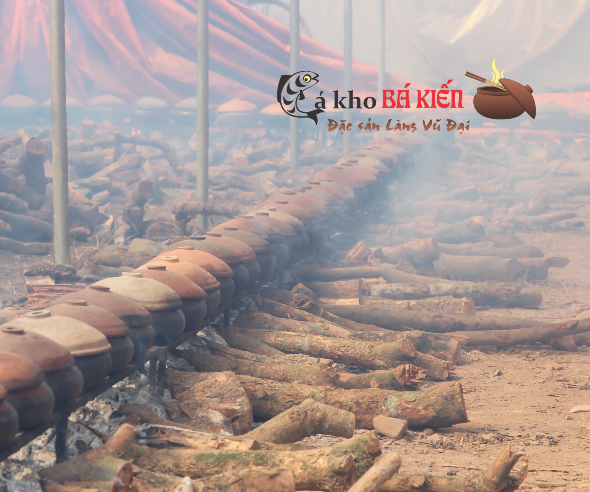 Cá được kho liên tục 16h trên bếp lửa hồng để cho miếng cá rắn chắc nhưng xương xốp mềm
