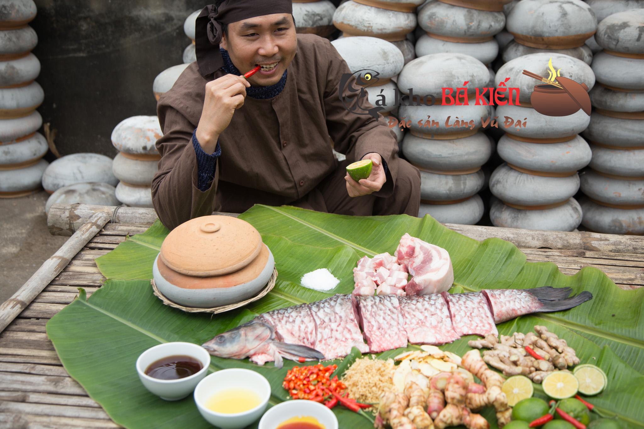 Cá trắm đen nuôi ốc và 16 loại gia vị khác tại địa phương tạo nên món cá kho có hương vị đặc biệt hấp dẫn