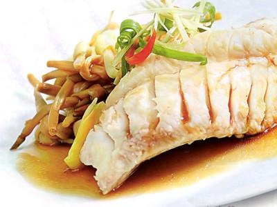 Món cá hấp nấm kim châm ngon miệng