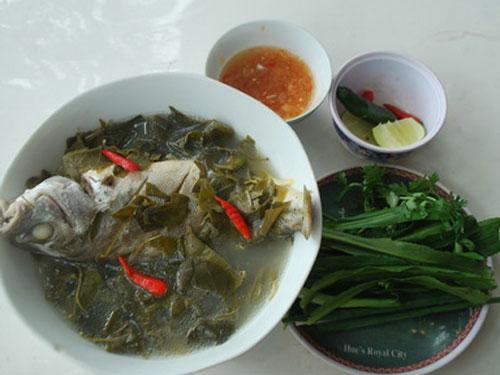 Canh cá căn nấu với lá giang thơm ngon và nhiều dinh dưỡng.