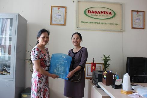 Cô Nguyễn Thị Định trúng giải nhì 1kg chả mực Hạ Long