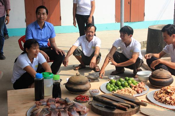 Anh Toàn cùng với các nghệ nhân của công ty đang chuẩn bị các nguyên liệu cho món cá kho đặc biệt này