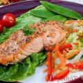 Cá hồi nướng ăn cùng các loại rau sống ngon tuyệt