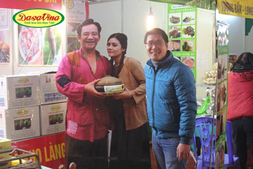 Khách hàng đến với DASAVINA rất thích chụp ảnh với danh hài Quang Tèo