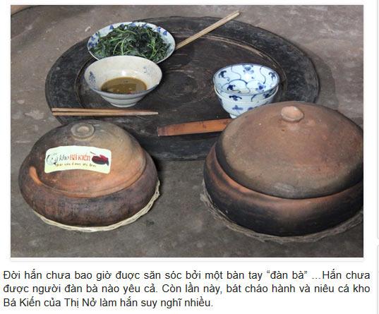 Mâm gỗ cổ xưa cùng với niêu cá kho Bá Kiến khiến độc giả nhớ lại 1 thời đáng nhớ trong lịch sử