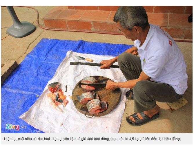Cá niêu hơn 3 năm nên xương rất cứng, phải dùng thanh sắt để đánh vào dao