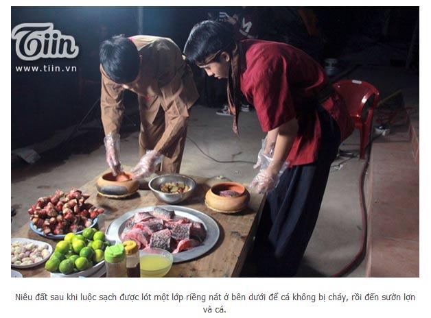 Các diễn viên trong trang phục cổ trâng đang chuẩn bị cho món cá kho làng Vũ Đại - Công ty Đặc Sản Việt Nam