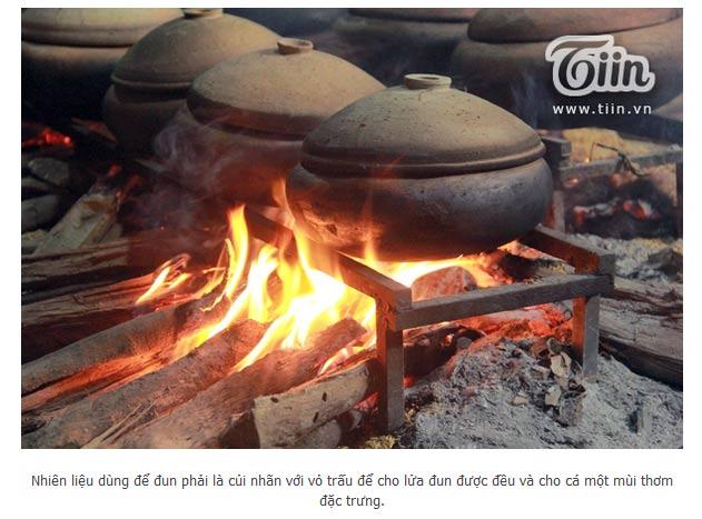 Bếp lửa hồng luôn cần các nghệ nhân túc trực bên cạnh đề phòng niêu cá bị cháy