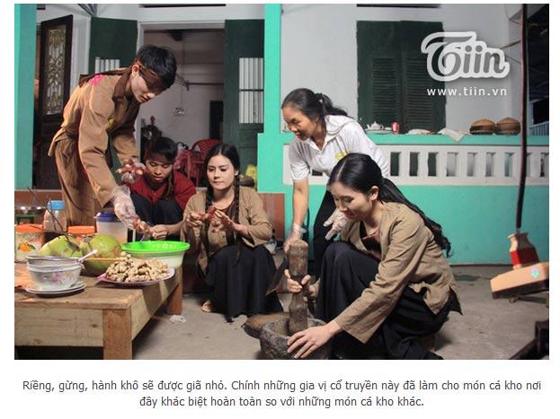 Nghệ Nhân Trần Thị Thìn của công ty Đặc Sản Việt Nam và các diễn viên đang trong 1 cảnh quay