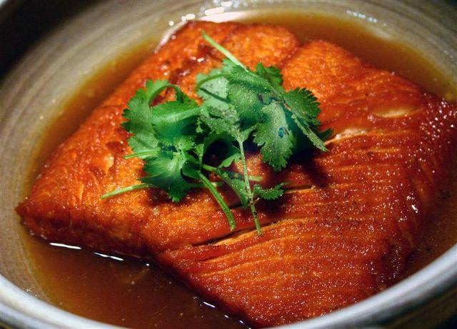 Cá hồi kho nước dừa