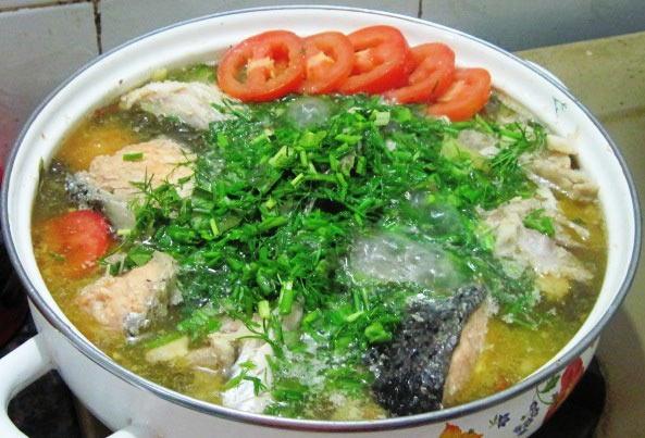 Canh cá hồi nấu thì là