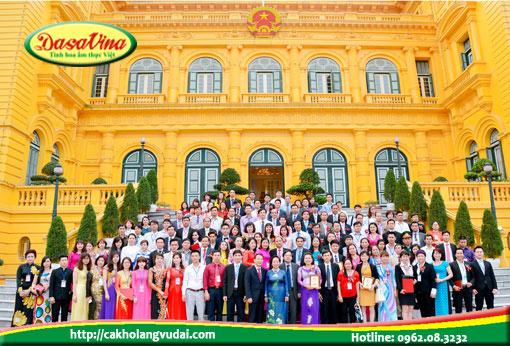 Các doanh nhân chụp ảnh lưu niệm với phó chủ tịch Nguyễn Thị Doan tại phủ chủ tịch