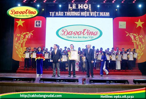 Ông Nguyễn Bá Toàn - Giám đôc Công ty Đặc Sản Việt Nam - DASAVINA lên nhận giải thưởng