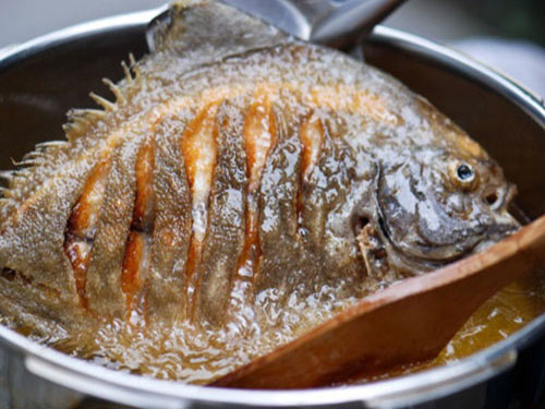 Cách rán cá vàng thơm ngon không bị dính
