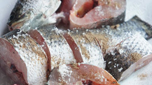 Rửa hoặc xát muối vào cá để khử mùi tanh của cá