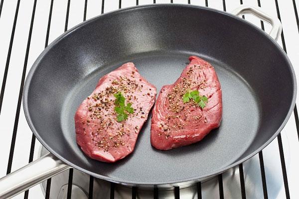 Sử dụng chảo chống dính để giảm lượng dầu trong món ăn