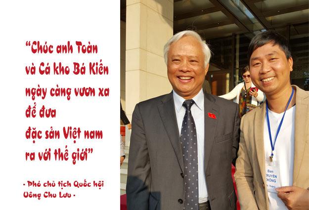 Phó chủ tịch Quốc Hội Uông Chu Lưu chụp ảnh lưu niệm và chúc mừng Đặc Sản Cá Kho Bá Kiến của anh Nguyễn Bá Toàn