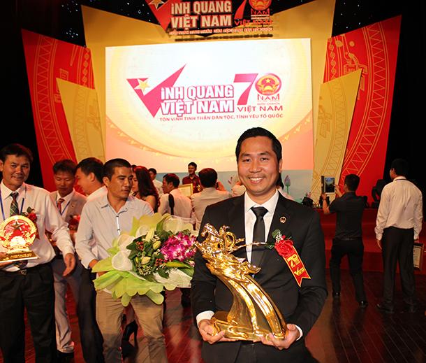 Cá kho Bá Kiến - Dasavina của anh Toàn đã được trao tặng Tượng vàng thánh gióng của Thủ tướng chính phủ Nguyễn Tấn Dũng nhân dịp quốc khánh 2015