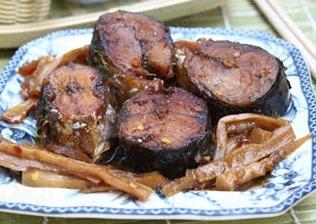 Cá nục khô kho măng ăn với cơm trắng ngon tuyệt hảo