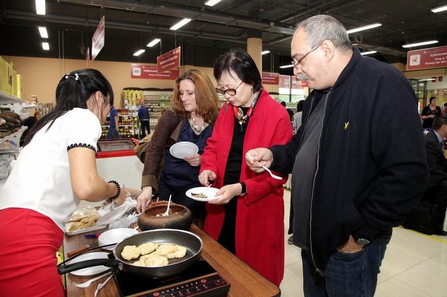 Nhiều du khách nước ngoài rất yêu thích món ăn đặc sản cá kho làng Vũ Đại